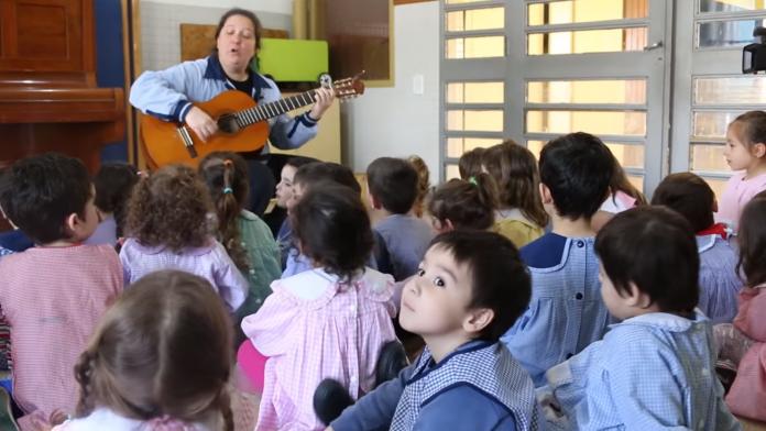"""Jardín infantil causa polémica con su canción """"Dos mamás o dos papás- diario el diverso.png"""