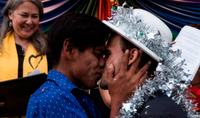 pareja-gay-caravana-de-migrantes-baja-california-el-pais-hn-diario el diverso.jpg