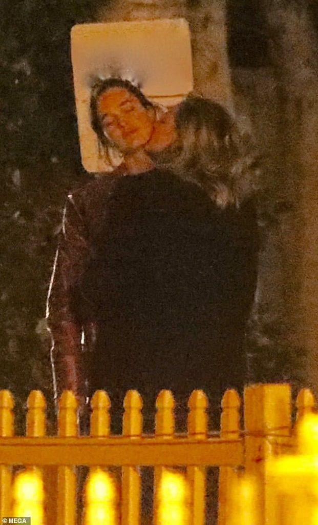 chloe-moretz-kisses-model-kate-harrison-after-brooklyn-beckham-split-diario el diverso.jpg
