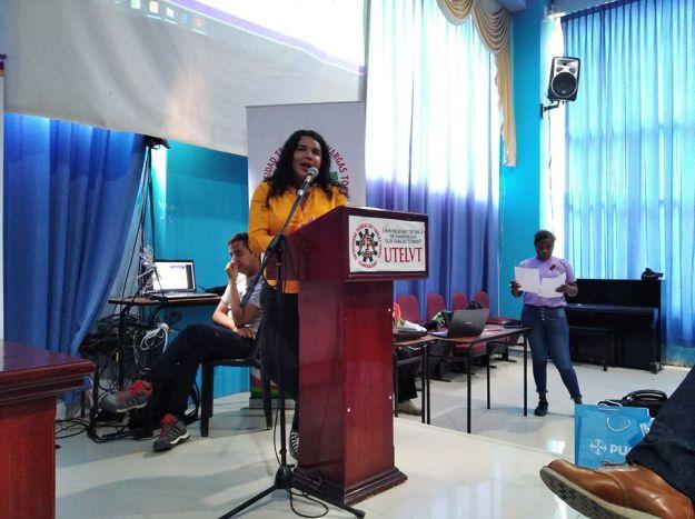 Diane Rodríguez, psicóloga y académica transgenero feminista en foro académico por el día internacional de la mujer